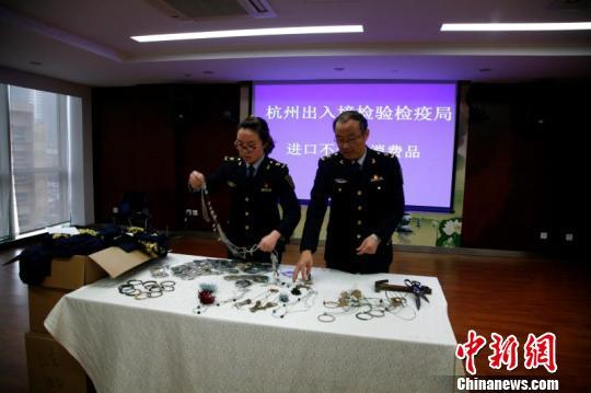 图为杭州查验检疫监视烧毁残次产物现场 杭州查验检疫供图 摄