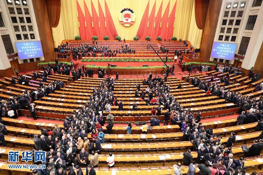 http://www.sinaimg.cn/dy/slidenews/1_t160/http://www.sinaimg.cn/dy/slidenews/1_t50/3月13日,全国政协十二届五次会议在北京人民大会堂举行闭幕会。这是闭幕会结束后,全国政协委员离开会场。 新华社