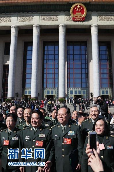 http://www.sinaimg.cn/dy/slidenews/1_t160/http://www.sinaimg.cn/dy/slidenews/1_t50/3月13日,全国政协十二届五次会议在北京人民大会堂举行闭幕会。这是闭幕会结束后,全国政协委员在人民大会堂外留影。 新华社