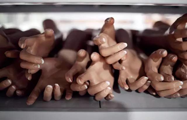 2月20日,厂房里等待组装的硅胶娃娃上肢和躯体