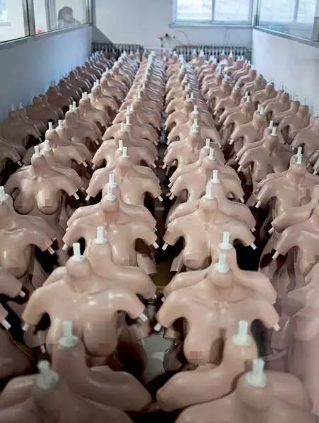 揭秘中国充气娃娃工厂:有男性专门买男硅胶娃娃