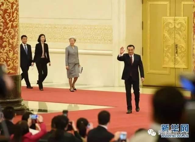 2016年總理記者會,左二為張璐。