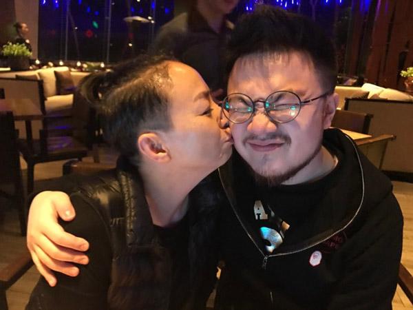 宋丹丹亲吻儿子。