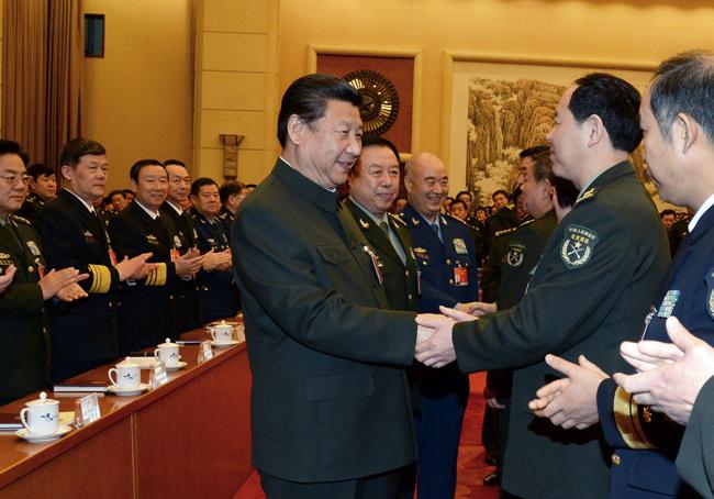2015年3月12日,中共中央总书记、国家主席、中央军委主席习近平出席十二届全国人大三次会议解放军代表团全体会议并发表重要讲话。这是习近平同军队人大代表亲切握手。 解放军报记者 冯凯旋摄