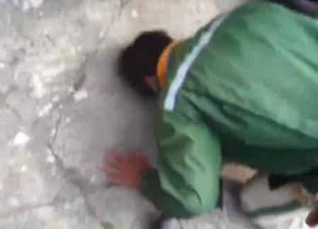 通过警方搜证的视频也可以看到,快递员趴在地上痛哭失声,情绪几近崩溃。只见快递员不停向收货人磕头道歉,只见他的头不断撞击地面,还可以清楚听见撞击声。