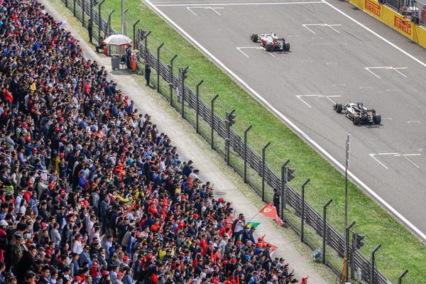 2016年4月17日,F1中国大奖赛正赛,观众人山人海。