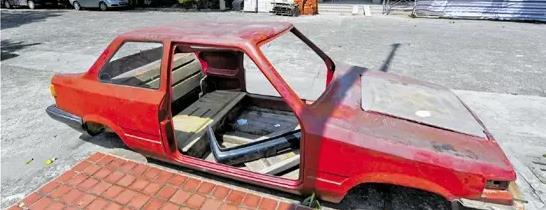 """浙商博物馆前后收到过吉利、众泰、万丰奥特等多家知名浙商企业捐赠的汽车,但是露天摆放的一个红色玻璃钢汽车车架壳子,却是人们最爱拿手机对着拍照的物品。这辆""""破车""""被拍得很多,却很少人知道它背后的故事。"""