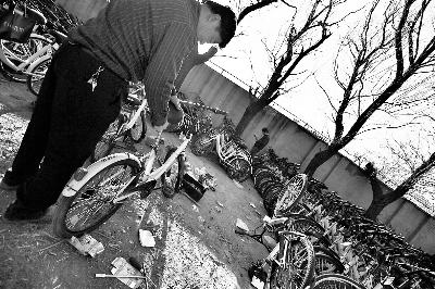 维修点师傅正在维修损坏的共享单车