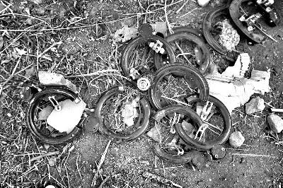 许多车锁被人为破坏,修车人将其拆下