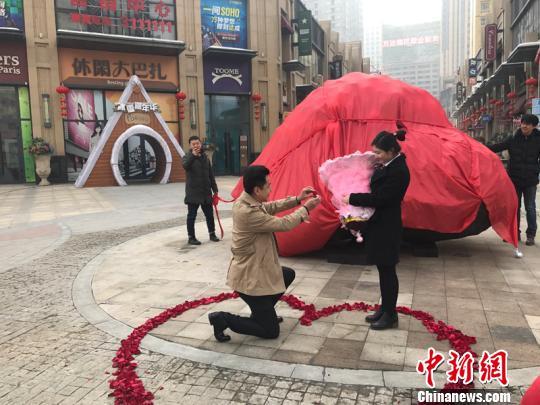 陨石向女友求婚成功。