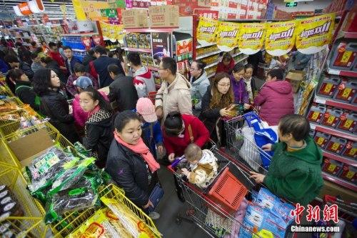 资料图:2016年11月11日,山西太原某超市,大量民众前来购买生活用品。张云 摄