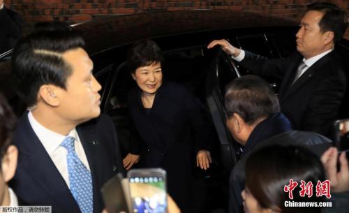 资料图:朴槿惠离开青瓦台抵达私宅。