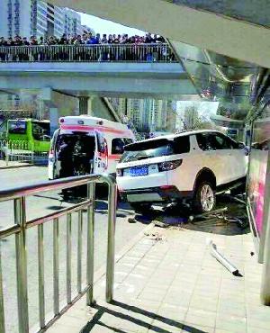 疯狂越野车冲上公交站台撞倒3人1死2伤(图)