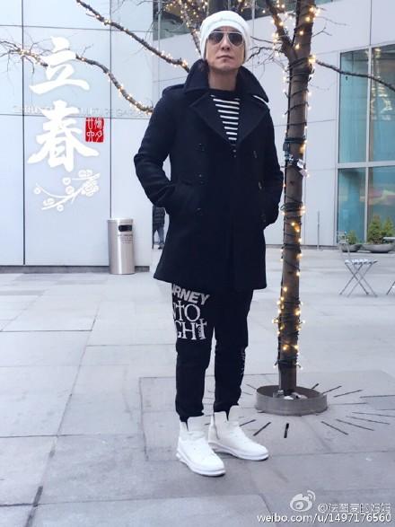 """哈文秀恩爱晒老公戴墨镜酷照 网友赞李咏""""逆生长"""""""