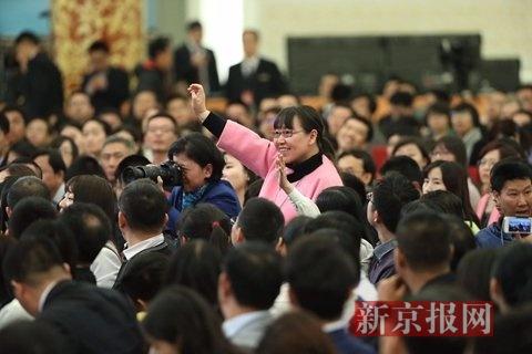 新京报首席记者王姝就雾霾治理问题提问。新京报首席记者 陈杰 摄