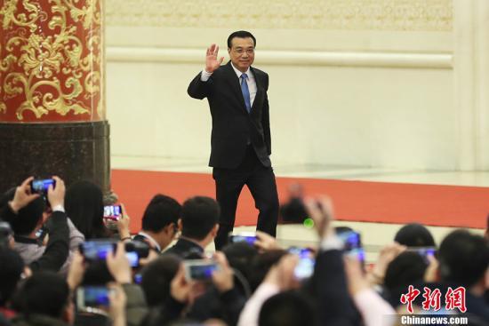 3月15日,国务院总理李克强在北京人民大会堂会见中外记者并回答记者提问。图为李克强挥手致意。 中新社记者 盛佳鹏 摄