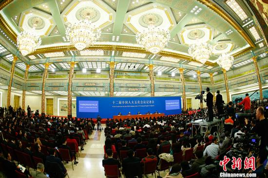 3月15日,国务院总理李克强在北京人民大会堂会见中外记者并回答记者提问。 中新社记者 富田 摄