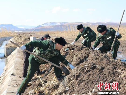 黑龙江一村民整修河道时挖出6枚疑似日伪时期手雷 徐韵鑫 摄