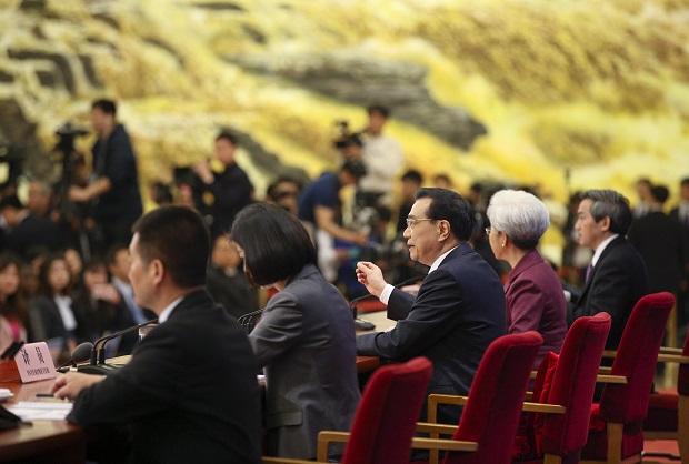 李克强总理在记者会上回答问题 摄影\中新社刘震