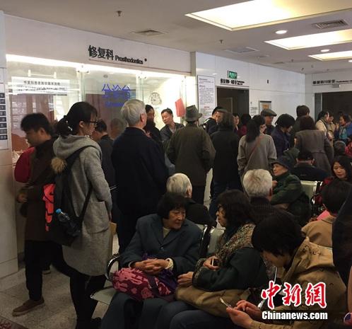 图为在北京大学口腔医学院等待治疗的患者。吕春荣 摄