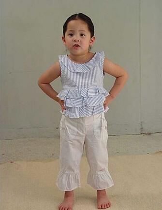 欧阳娜娜3岁广告被翻出 双手叉腰婴儿肥超可爱图片