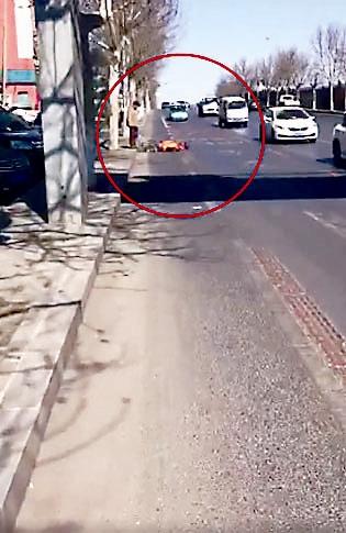 刘哲男录制的视频截图显示,他离环卫工仍有距离。