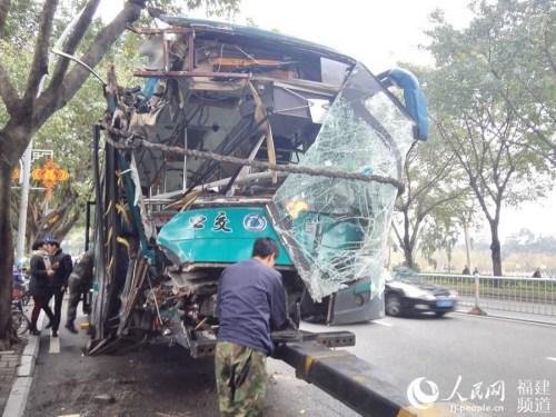 公交车头支离破碎 余杉芳摄 图片来自人民网