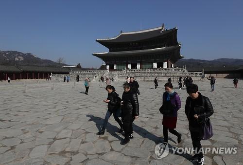 在首尔,中国游客以往常逛的韩国故宫景福宫清静了许多。(韩联社)