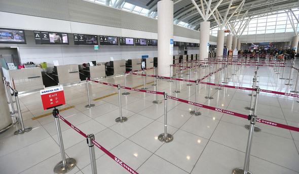 """在中国正式开始""""萨德报复""""的3月15日上午,曾经挤满游客的济州国际机场国际航线出境大厅失去了原有的活力,展现出一幅冷冷清清的样子。(韩联社)"""