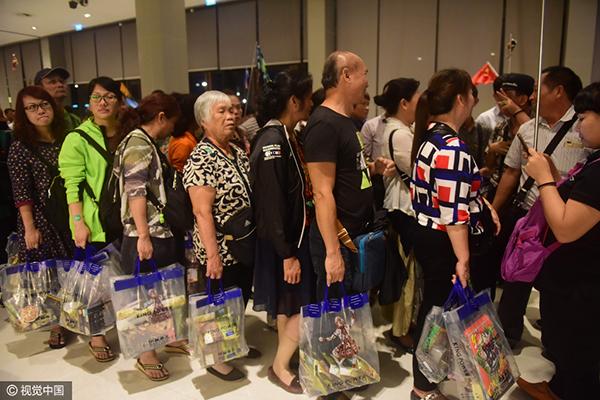 3月13日,大批中国游客蜂拥到泰国免税店购物
