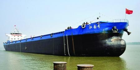 河南新蔡个体船员刘华轩打造的河南首艘万吨货轮。东方今报 图
