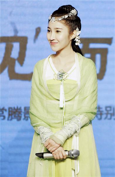 姜雯甜美微笑
