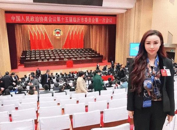 冯潇霆妻子出席会议