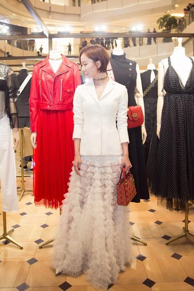 王珞丹白衣长裙优雅十足