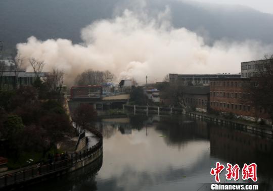 贵阳发电厂1号冷却塔开始爆破。 张晖 摄