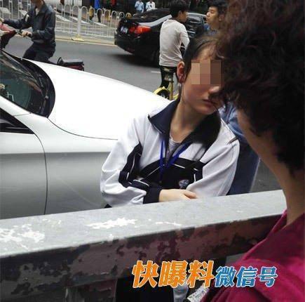 在一旁大哭的女孩拿起女司机的手机,给妈妈打电话,电话里女孩妈妈听说女儿剐蹭的是奔驰车后,一直不愿露面,直到交警过来与她通话,她才同意赶来处理。