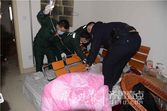急救车到达警官医院后,经医生抢救,该男子未耽误抢救时机,已暂时脱离生命危险。