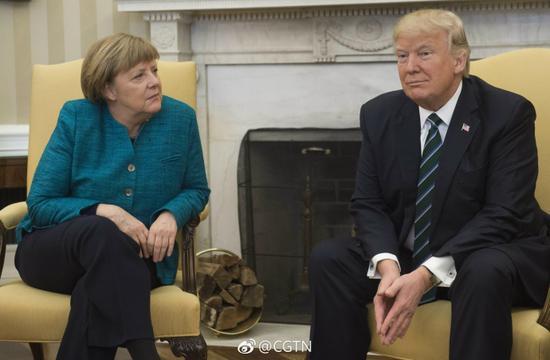 """特朗普发推文回应会见默克尔时不握手尴尬事件,并称""""德国欠北约和美国一大笔钱,德国应为军事防御付出更多费用""""。"""
