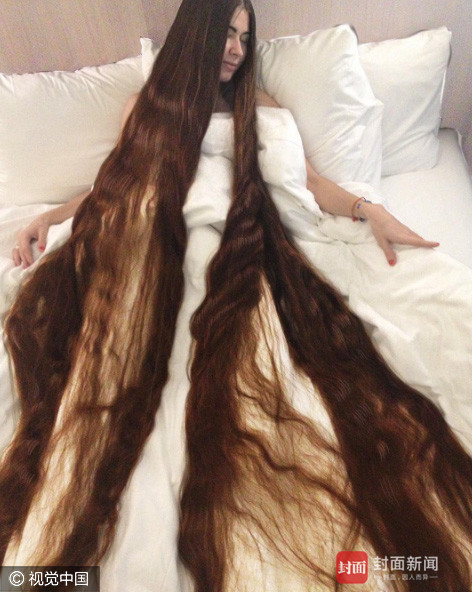 当地时间2017年3月5日,拉脱维亚里加,Aliia是位27岁的姑娘,20年来她从未剪过自己的头发,她的头发长达90英寸(约2.3米)重达2公斤,比她家的猫还重。她的丈夫Ivan Balaban表示自己很支持她的行为。图片作者:barcroftmedia/视觉中国