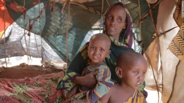 难民营里的索马里妇女和儿童。