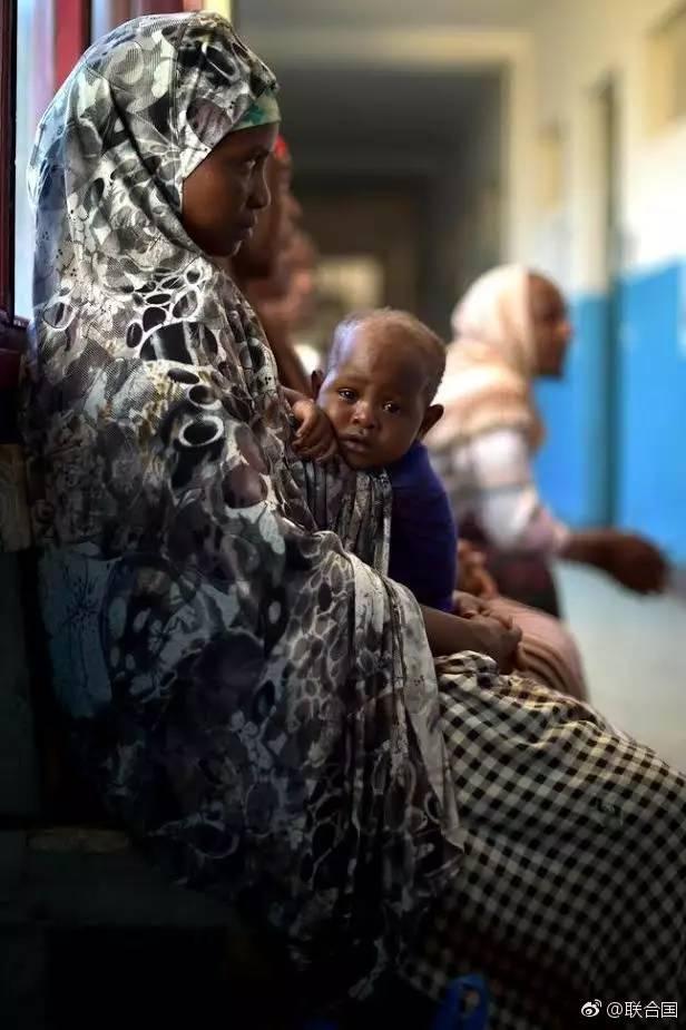 生活在饥荒边缘的索马里人民。
