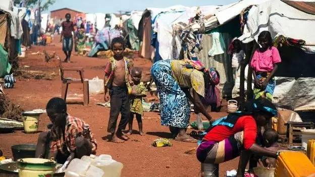 因战争而流离失所的南苏丹人在临时营地居住。