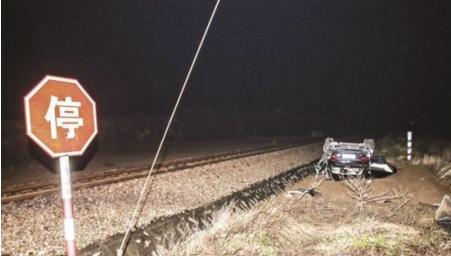 小车经过铁路道口被拦腰撞翻了