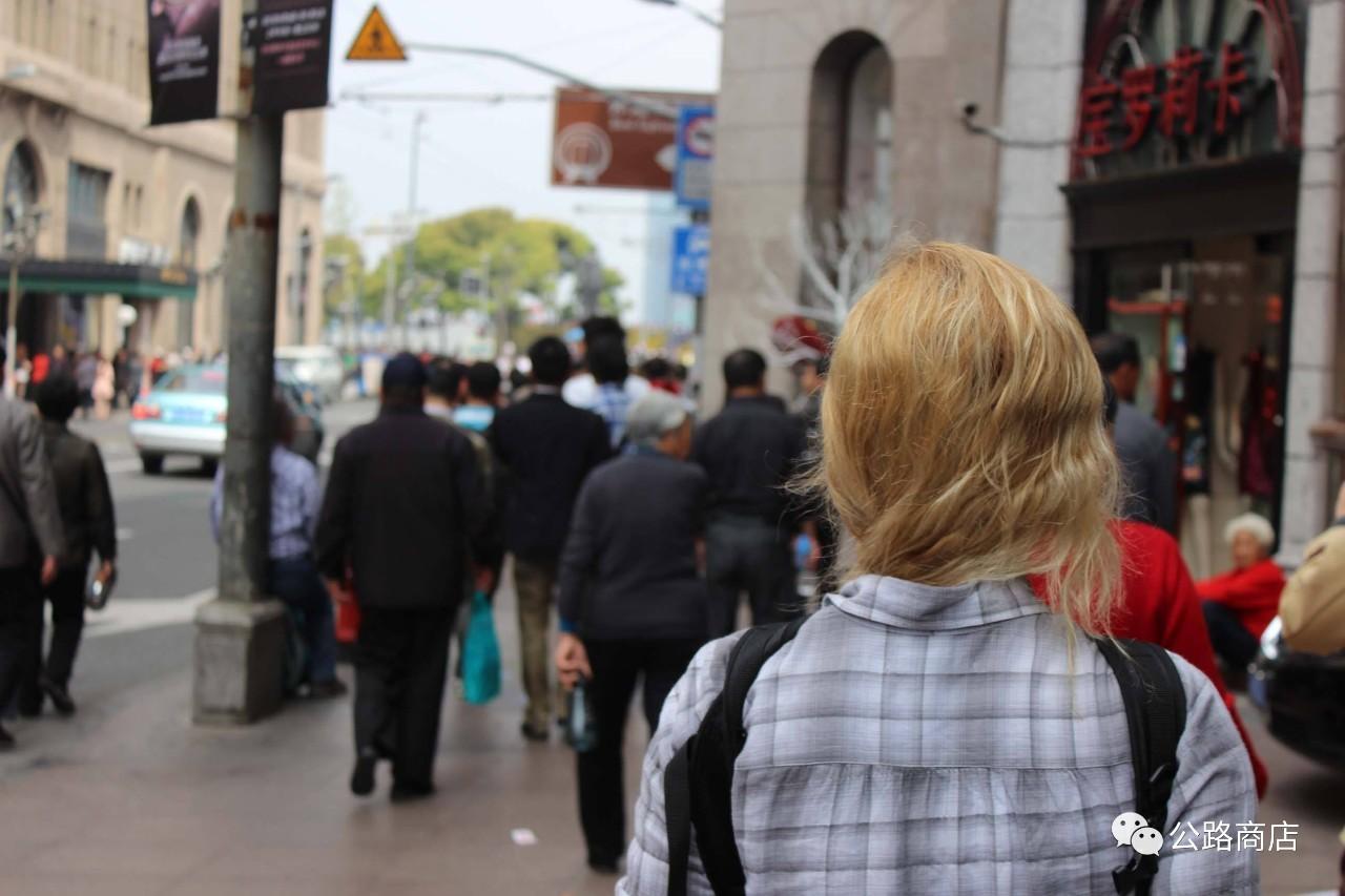 有时间你去浦东街头看看,100个闯红灯的人里面70个都是老外