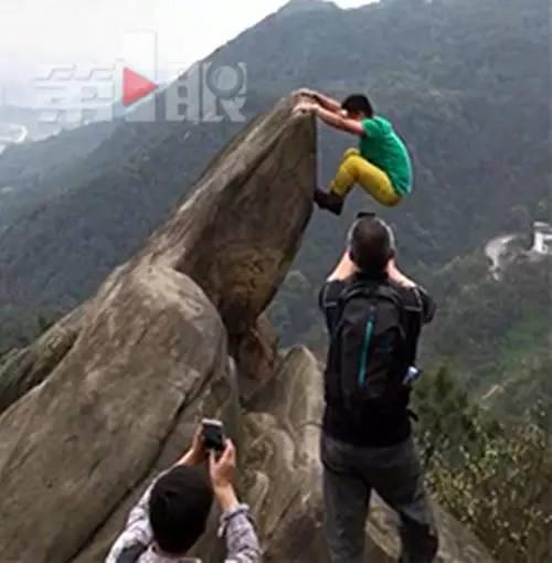 从后续视频中看,男子幸运地从悬崖下爬了上来,看上去受伤不算太严重。