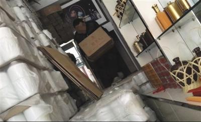 2月18日,翁永成从店里的后屋取出假茅台酒的包装材料。