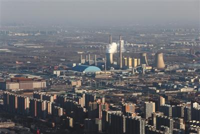 2016年12月22日,从国贸高楼俯瞰供暖期的华能北京热电厂。新京报记者 薛珺 摄