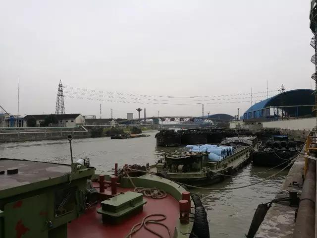 """3月17日,华西集团海运海工板块负责人吕苏君表示,目前华西集团拥有10艘海运船,年运输能力2500万吨。""""2010-2013年行情不错,2015-2016年后又是低谷。无论是国内还是国外,这两年都很困难。"""""""