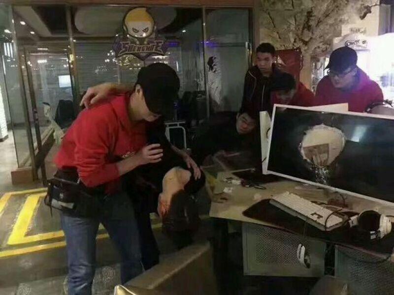 网友报料图文并茂,其中一张照片显示小伙脑袋卡在液晶显示器中间,另一张照片显示一台液晶电脑显示器有个大洞,旁边一名小伙低着头,头部有血迹,网咖工作人员正在搀扶着对其施救。