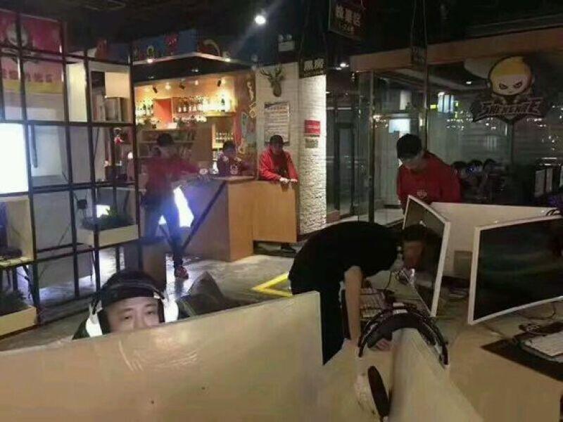 3月17日,兰州晨报记者来到西固玉门街的圣妮特网咖了解情况,工作人员向记者证实此事。随后,这家网咖店店长也向记者承认确有此事,表示被撞破的电脑已被扔了。但其随后向老板请示后又对此事矢口否认,表示此行为是他们自己人所为,不便说。